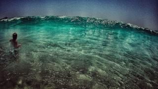 in den Wellen toben